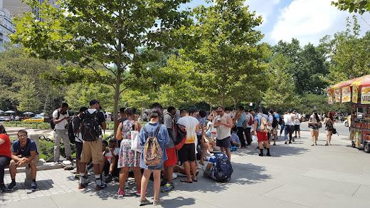 為了抓 Pokemon Go 神奇寶貝所以公園擠滿人