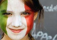 Yüzünü yeşil beyaz ve kırmızı renkteki İtalya bayrağı renklerine boyamış olan fanatik kız çocuğu