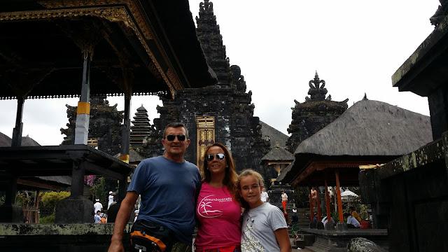 Yayo y Macarenas en el Templo de Pura Besakih (Bali)