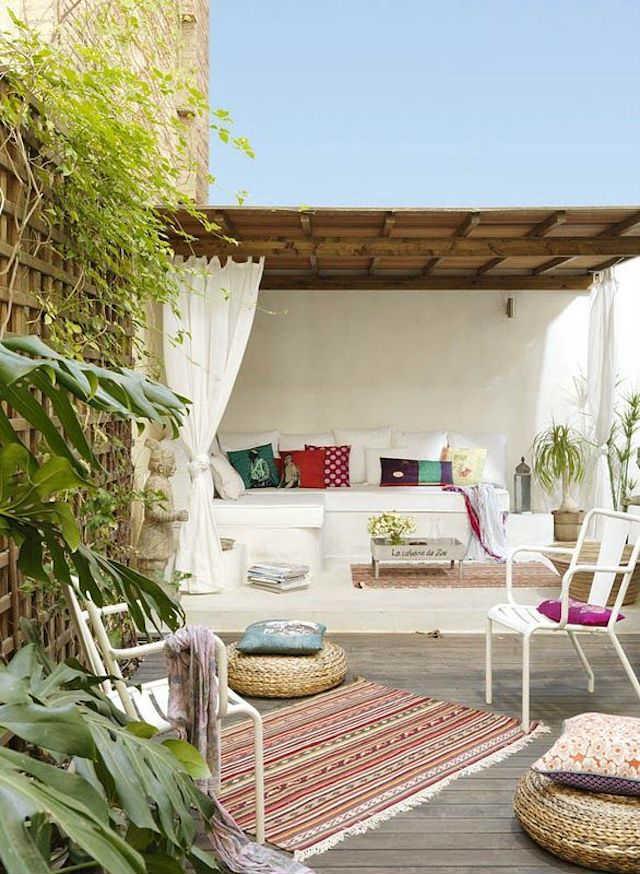 Terraza exterior con porche en un piso de inspiración ibicenca