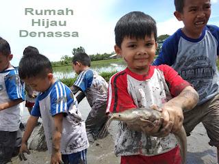 RHD. Siswa Taman Kanak-Kanak (TK) Telkom Makassar Tangkap Ikan di Persawahan RHD (21.04.2018)