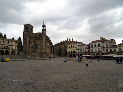 Plaza Mayor y estatua ecuestre de Francisco Pizarro en Trujillo , Cáceres
