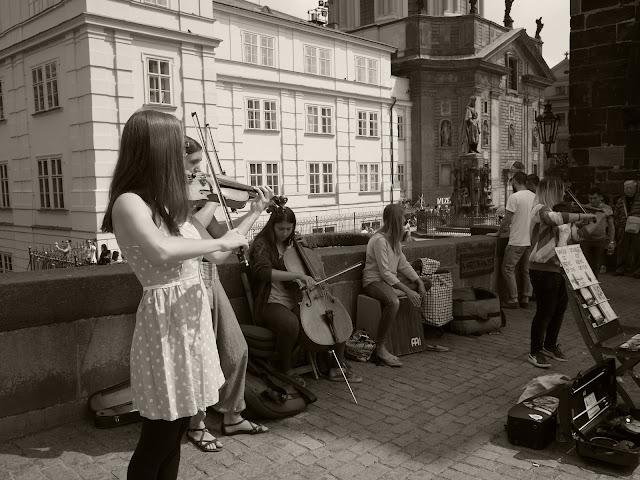 學生街頭藝人,演奏自己改編成弦樂四重奏加鼓的流行歌