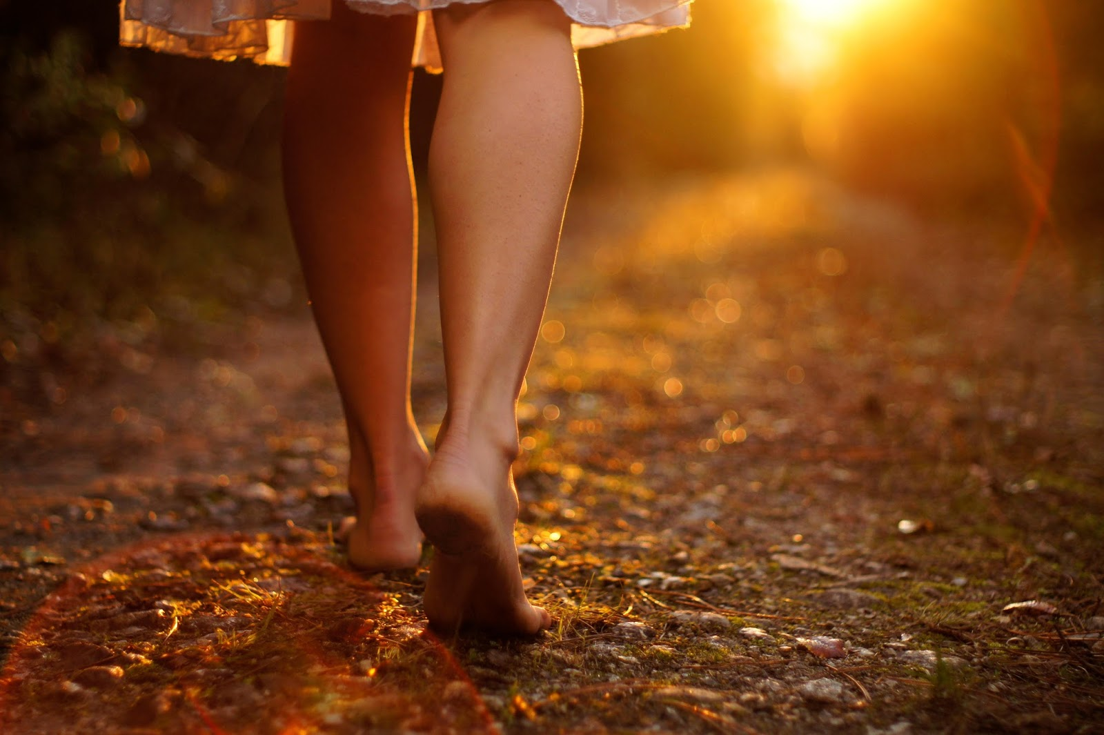 Udah Tau Mengenai Tujuh Manfaat Menakjubkan Berjalan Tanpa Alas Kaki? Yuk Simak!