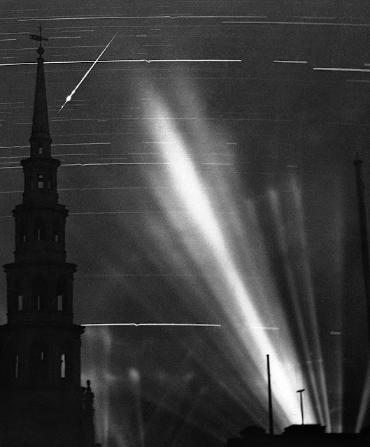 2 September 1940 worldwartwo.filminspector.com searchlights Fleet Street