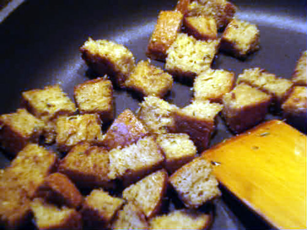 Laka kuharica: Croutons with thyme. Easy to make, these aromatic croutons are a great way to garnish any cream soup.