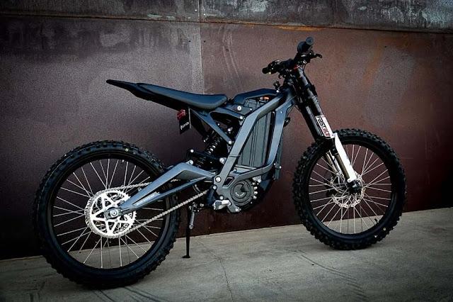 El chasis de aluminio de la Sur-Ron ayuda a su bajo peso