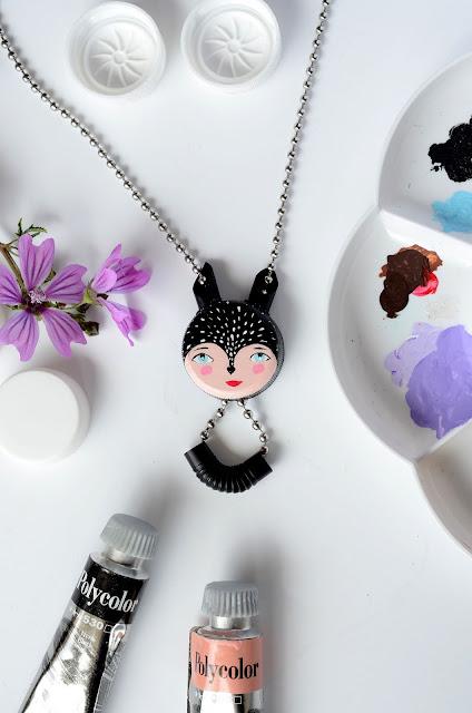 collana raffigurante una piccola volpe realizzata con materiale di riciclo