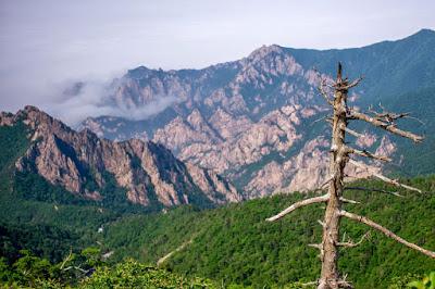 Keindahan Puncak Ulsanbawi di Gunung Seorak Korea Selatan