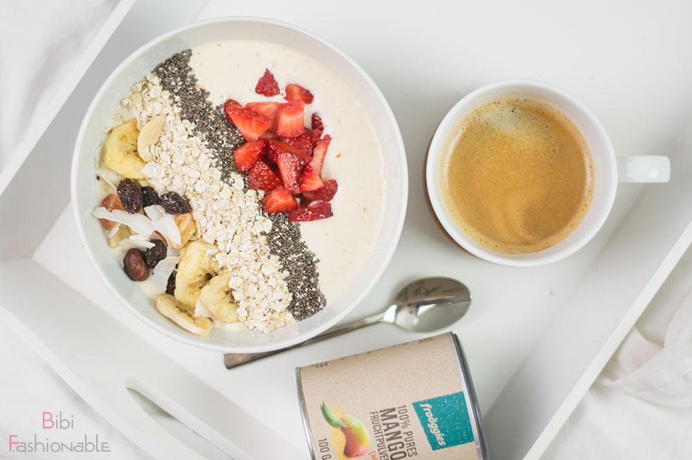 Sunrise Breakfast Bowl Flatlay mit Frooggies Mango Fruchtpulver