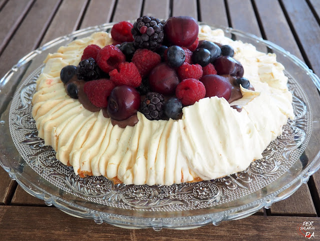 Pavlova, tarta de merengue horneado, rellena de crema de trufa y coronada por frutos rojos variados.