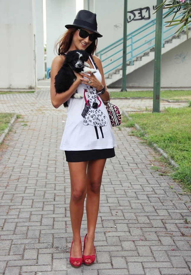 black mini skirt white loose top red open toe shoes