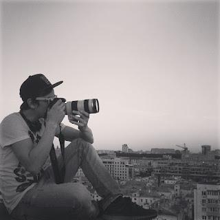 Фотограф Москвы с профессиональной камерой  - фотосессия на крыше