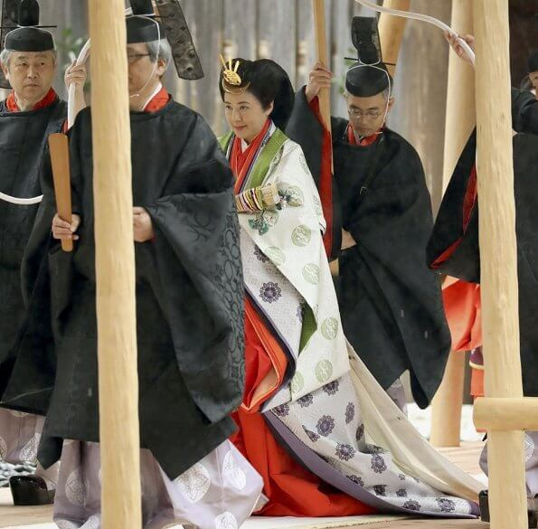At the Geku outer shrine, The Emperor and Empress offered prayers  dedicated to the goddess of clothing
