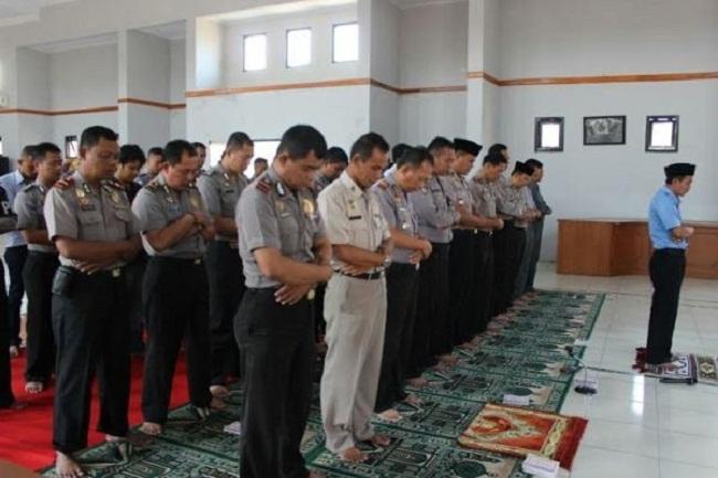 Kepala Kepolisian Resor Bukittinggi Sumatera Barat larangan aktifitas saat adzan berkumandang di mesjid