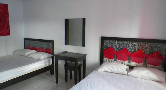 Kamar-kamar dengan 2 tempat tidur _ rose Inn Pangandaran