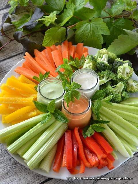 talerz zdrowego kibica , przekąski meczowe , warzywne chrupadełka z sosami , warzywa , przekąska , do chrupania , na imprezę , co do meczu