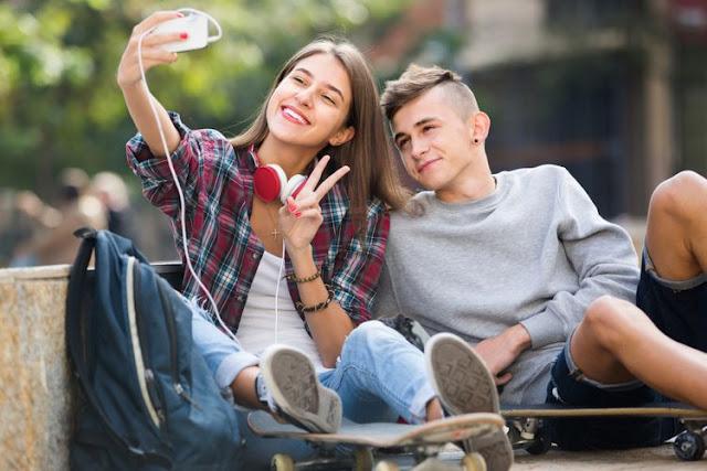 Mengapa Pria Mengambil Selfie dari Bawah dan Wanita dari Atas