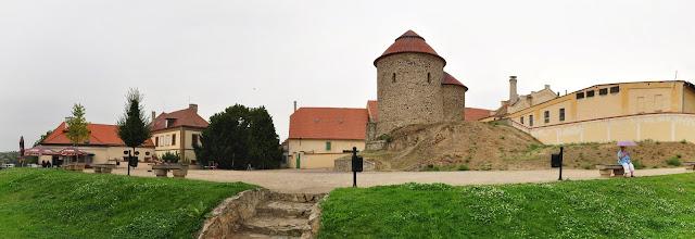 Romańska rotunda w Znojmie, w tle zamek i browar