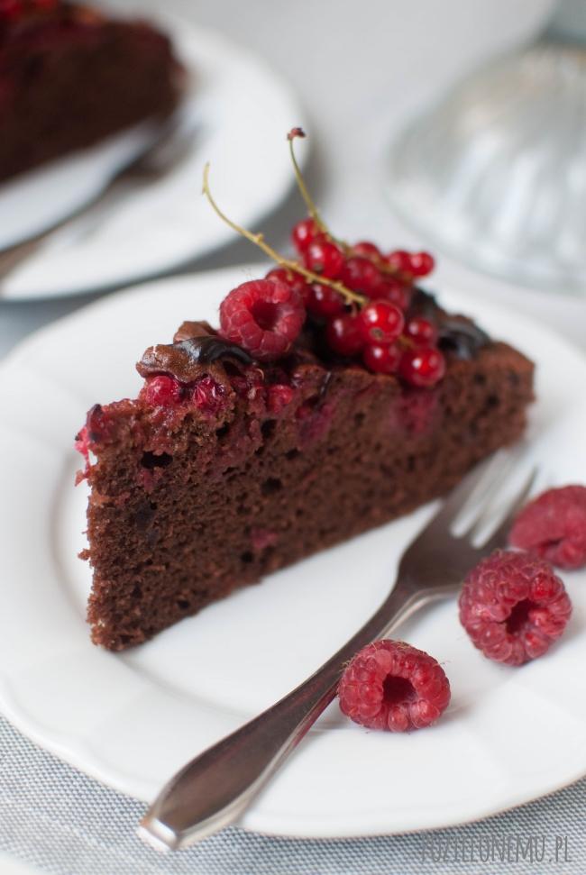 Kakaowe ciasto (murzynek) z malinami i porzeczkami