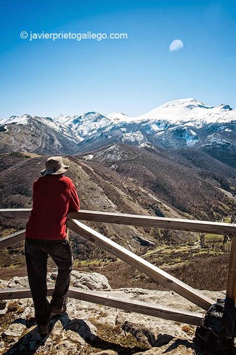 Mirador ubicado al final de la senda del Gigante del Valle Estrecho. Parque Natural de Fuentes Carrionas y Fuente Cobre. Palencia. Castilla y León. España © Javier Prieto Gallego