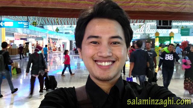 selfie di bandara, selfie di bandara sultan hasanuddin, cowok ganteng di bandara, cowok ganteng selfie di bandara, cowok ganteng selfie di bandara sultan hasanuddin makassar