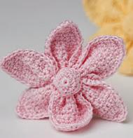 http://translate.google.es/translate?hl=es&sl=en&tl=es&u=http%3A%2F%2Fcrocheterie.blogspot.com.es%2F2012%2F01%2Fcrochet-cute-little-flower-free-pattern.html