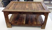 mesa hecha con palets de maera reciclados