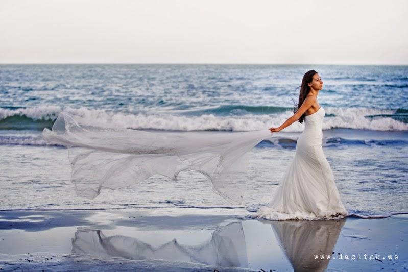 velo de novia en la playa en la postboda