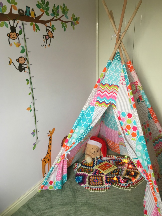 Christmas-gift-guide-2018-Alfresia-play-teepee-with-blanket-and-book