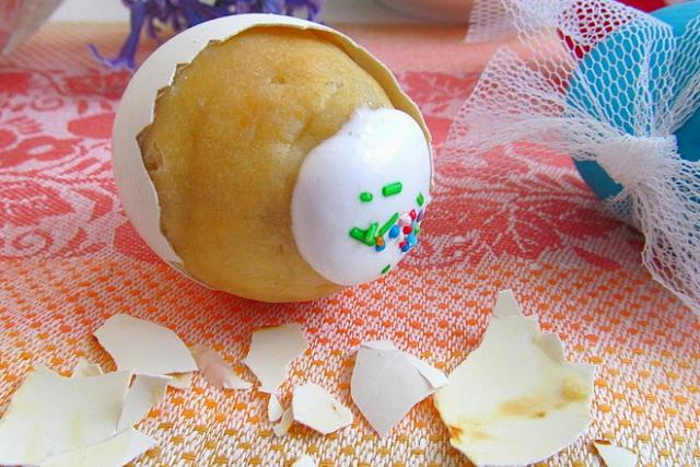 Рецепты кексов, Бисквитные яйца в кондитерской мастике, Кексы «Негритянка» в яичной скорлупе, Кексы с изюмом в яичной скорлупе, Куличики в яичной скорлупе, Лимонные кексы на сметане в яичной скорлупе, Шоколадные кексы в яичной скорлупе, Пасхальная выпечка, Баба маковая, Пасхальное печенье «Цыплята», Пасхальные зайцы с мясной начинкой, Пасхальные шоколадные гнездышки, Печенье «Пасхальные зайчики», Сицилийский пасхальный пирог, пасха 2020, пасха 2021, пасха 2022, пасхальная выпечка, как приготовить кексы в яичной скорлупе, как приготовить мини-кексы на Пасху, яичная скорлупа для кексов, вкусные кексы в яичной скорлупе, выпечка на пасху, пасхальные рецепты, рецепты, Пасха, кексы пасхальные, кулинария, еда, рецепты пасхальные, кексы в яичной скорлупе, выпечка, мини-кексы, коллекция рецептов, рецепты кулинарные, стол пасхальный, рецепты праздничных блюд, выпечка мелкая, тесто бисквитное, блюда пасхальные, яйца бисквитные, яйца сладкие мини-кексы, приготовление кексов в яичной скорлупе, яйца купить, подготовка яичной скорлупы, как сделать кексы в скорлупе, пасха 2020, пасха красиво, рецепт кексов пасхальных, с фото, рецепты с фото, Праздничный мир, Пасхальные кексы в яичной скорлупе: рецепты и идеи,