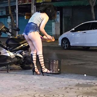 Chết ngất với 'nữ chiến binh' mặc quần ngắn cũn cỡn đốt vàng mã giữa phố