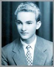 """""""Να αγωνιζόμαστε πρέπει, μάνα, να αγωνιζόμαστε για την Κύπρο μας """". Πετράκης Γιάλλουρος, ο πρώτος νεκρός μαθητής του αγώνα. Ήταν 17 ετών…"""