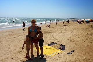 Yolanda, Izan y Joel en la playa Monte Gordo.