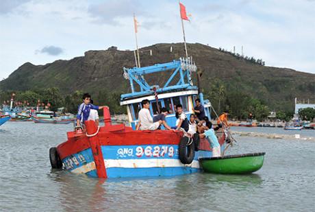 Tàu cá của ngư dân Lý Sơn bị sóng biển nhấn chìm