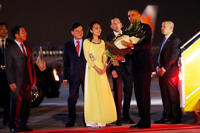tong thong obama, tin tuc, co gai tang hoa cho obama
