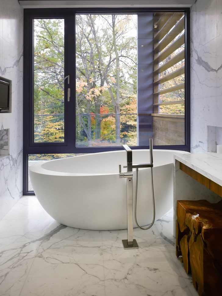 Bathtub in Modern mansion by Belzberg Architects Group