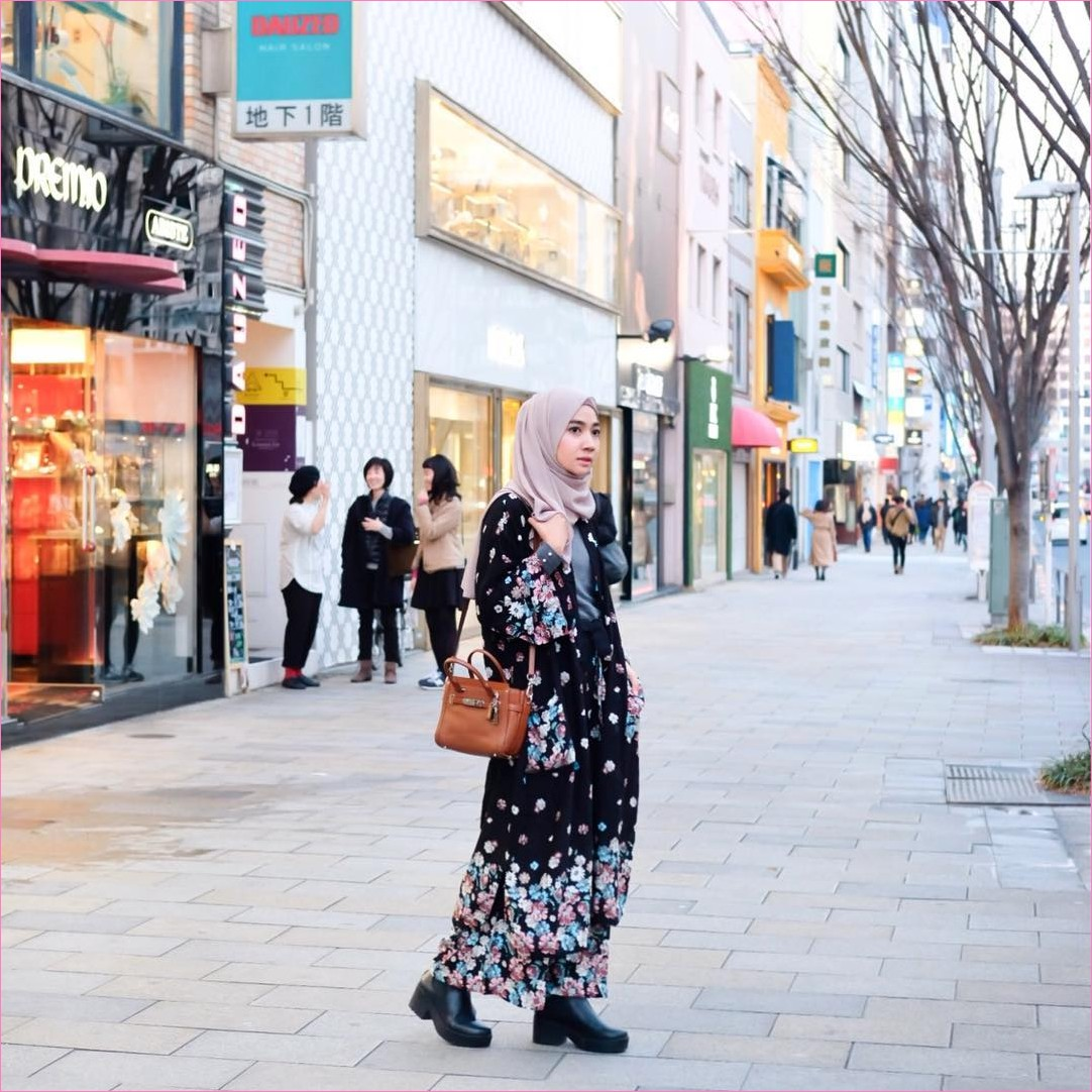 Outfit Kerudung Pashmina Ala Selebgram 2018 hijab pashmina diamond krem ungu baju abaya gamis bermotif buanga hitam slingbags coklat tua ankle boots ciput rajut mangset abu tua jepang ootd trendy kekinian cullotes pallazo