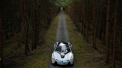 Coche futurista en un bosque oscuro