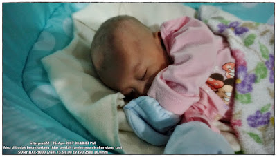 gambar seorang bayi perempuan 2 bulan sedang tidur nyenyak
