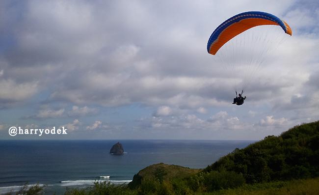 Paralayang Tanpa Batas Di Pantai Meang, Sekotong
