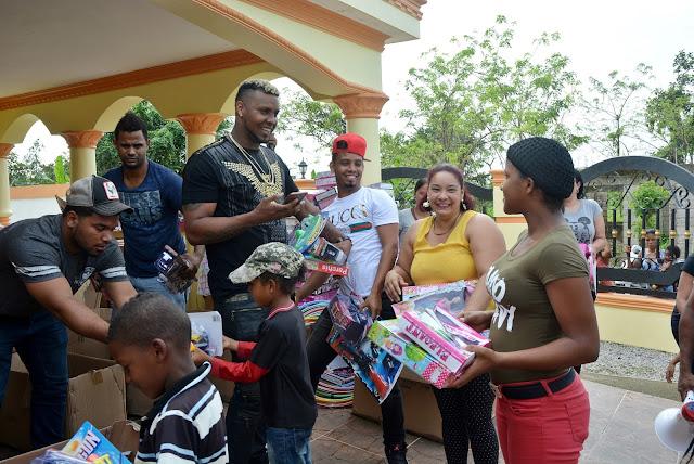 Lanzador grandes Ligas Juan Nicasio entrega juguetes a cientos de niños de Arenoso