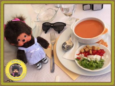 Diana la Monchhichi déguste un Gazpacho