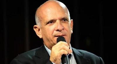 """El Diputado a la Asamblea Nacional, Hugo Carvajal Barrios, advirtió que la amenaza militar de Trump, """"es un refuerzo retórico a la intervención estadounidense que hace años ya está ocurriendo"""". Esto luego de que el pasado viernes, el presidente de los EEUU, Donald Trump, se refiriera a la crisis venezolana diciendo, """"no descartamos la opción militar de ser necesario"""".  Nota de Prensa  Explicó que aunque es la primera vez que un jefe de estado norteamericano amenaza de una manera tan directa a Venezuela, sería ingenuo pensar que Venezuela está de primera en la lista de prioridades de EEUU, aun considerando los recursos económicos que la nación posee. """"Estoy seguro que nuestros problemas no le quitan el sueño a Trump, ni al Congreso estadounidense, cuando tienen la amenaza de una potencia nuclear como Corea del Norte, una Rusia fortaleciéndose militarmente, una China creciendo en poder económico e influencia, y sus aliados europeos con una cohesión comprometida""""  Carvajal Barrios señaló este domingo en su artículo de opinión titulado """"La amenaza de Trump"""" publicado en el sitio web www.hugocarvajal.com que EEUU evolucionó en su manera de intervenir políticamente en países de Latinoamérica y ejercer su hegemonía geopolítica sin usar fuerza militar. """"La intervención ahora es económica y jurídica. Su sistema judicial les permite sancionar y juzgar a cualquier ciudadano del mundo, aun sin pruebas fehacientes de delito, sin acusación formal, sin instancias jurisdiccionales, es decir, violando principios universales del derecho a la defensa"""".  El parlamentario subrayó que en cuanto al de Venezuela, """"se han incluido a funcionarios públicos venezolanos en listas negras sin control judicial alguno, aplicando sanciones extraterritoriales que no responden más que al criterio unilateral y arbitrario del poder ejecutivo estadounidense, dejando en absoluta indefensión a quienes sufren las consecuencias de esta arbitrariedad coactiva que solapa otras intenciones que nada tienen que v"""