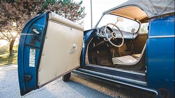 El vehículo posee un acabado exterior de azul metálico aquamarina