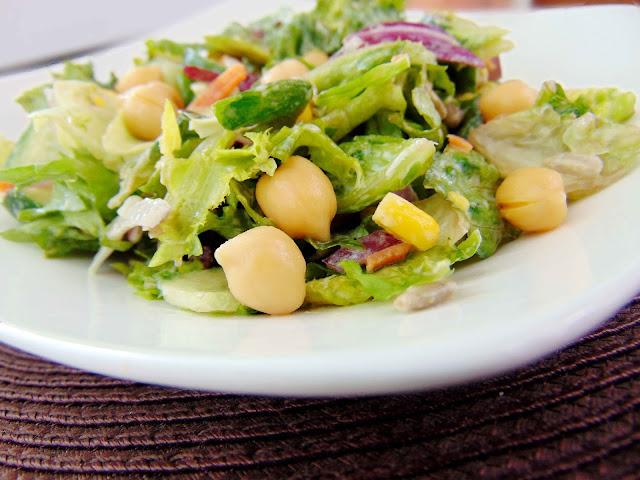 Salatka z ciecierzycą i słonecznikiem