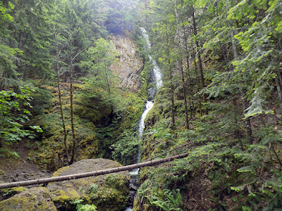 Hole in the Wall Falls / Hiking the Starvation Creek Trailhead west of Cascade Locks in Oregon.