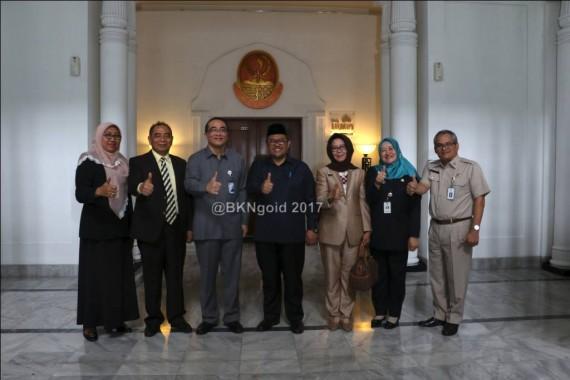 Kepala Kantor Regional II BKN Bandung yang baru Imas Sukmariah (foto kedua kanan) saat berfoto bersama pejabat tinggi BKN dan Gubernur Jawa Barat.  http://www.bkn.go.id/berita/administrasi-kepegawaian-selesai-pengalihan-pns-daerah-ke-pusat-tunggu-lampu-hijau-kemenkeu