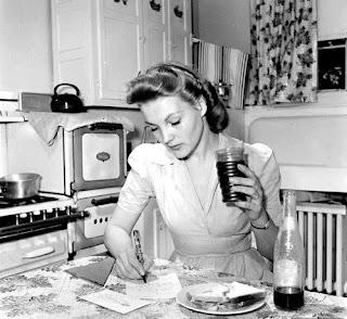 Mulheres cercadas por seus eletrodomésticos nos anos 50: nascia o rótulo de Rainha do Lar
