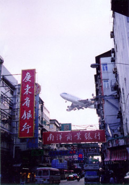 Cathay Pacific 747 landing at Kai Tak airport